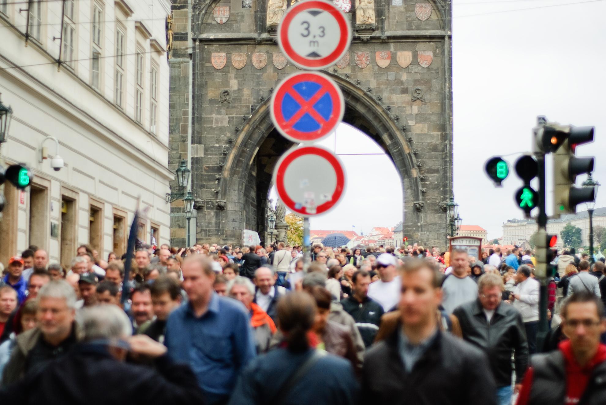 Tłumy na Moście Karola w Pradze