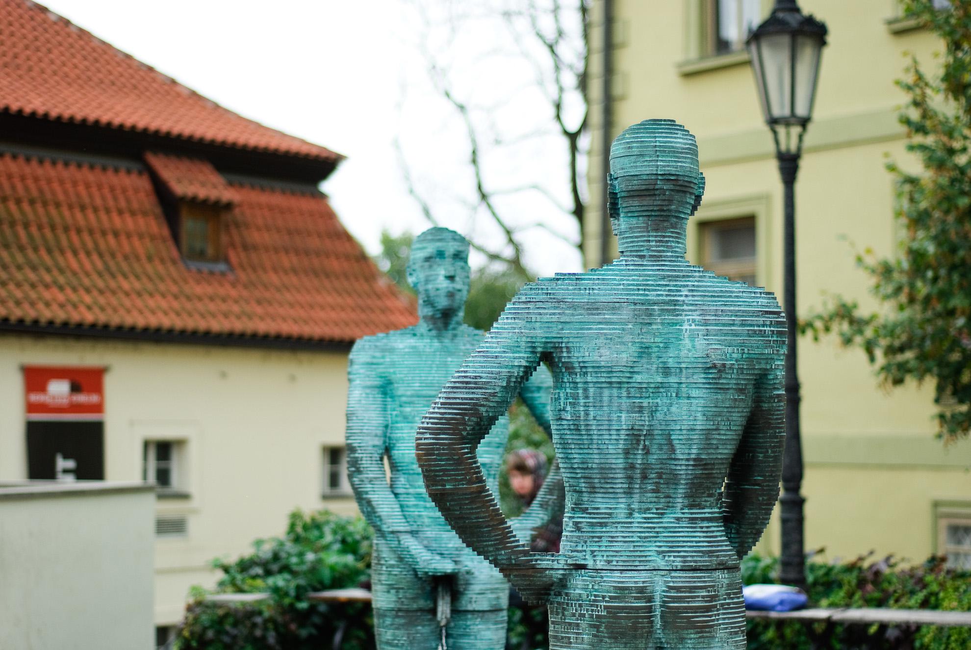 Rzeźba przed muzeum Kafki w Pradze