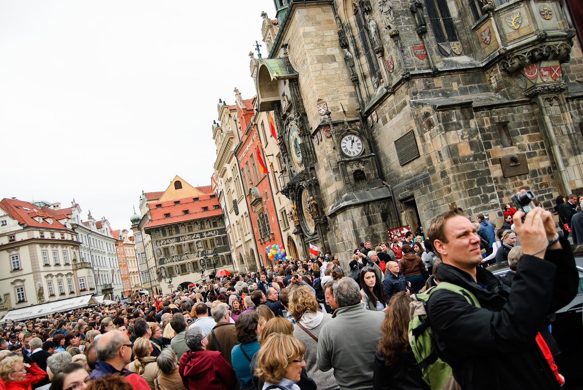 Tłumy pod Ratuszem Staromiejskim w Pradze