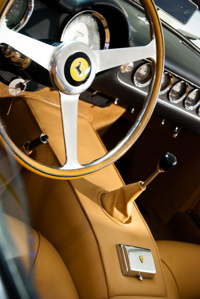 Wnętrze Ferrari 250 GT California Spider w Muzeum Ferrari w Maranello