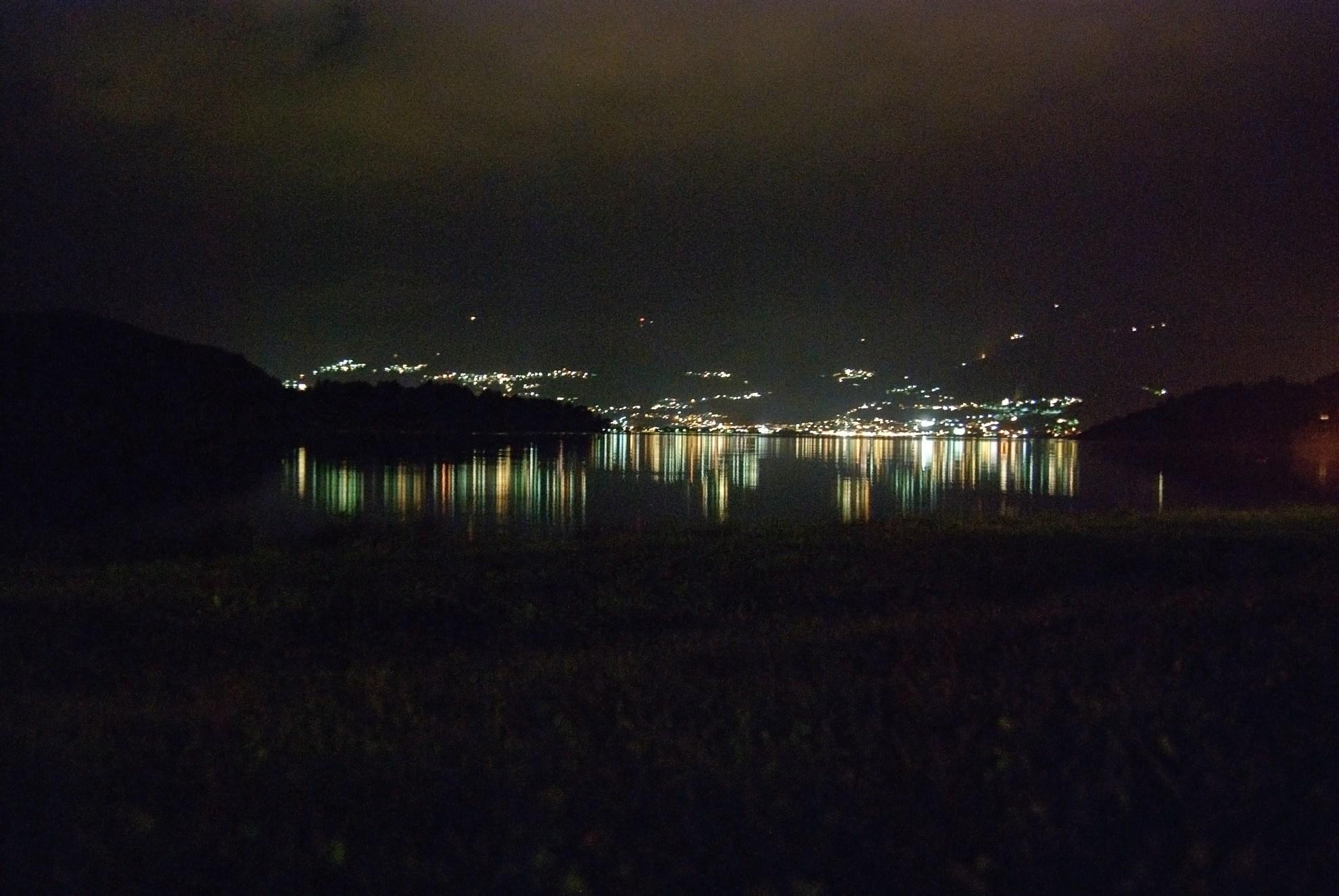 Jezioro Como nocą
