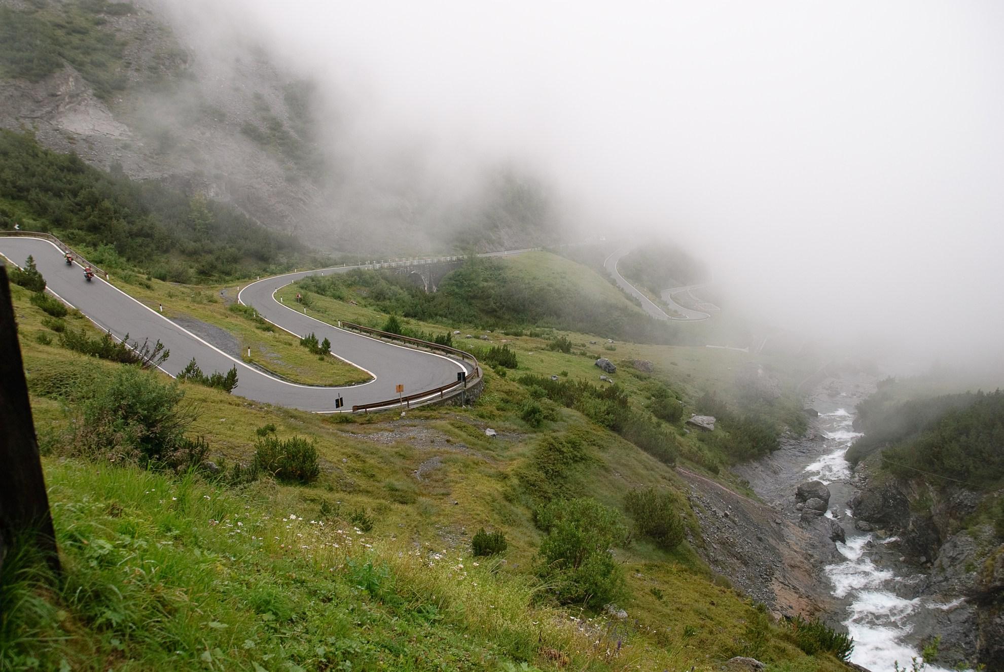 Zakręt w chmurach pod przełęczą Stelvio