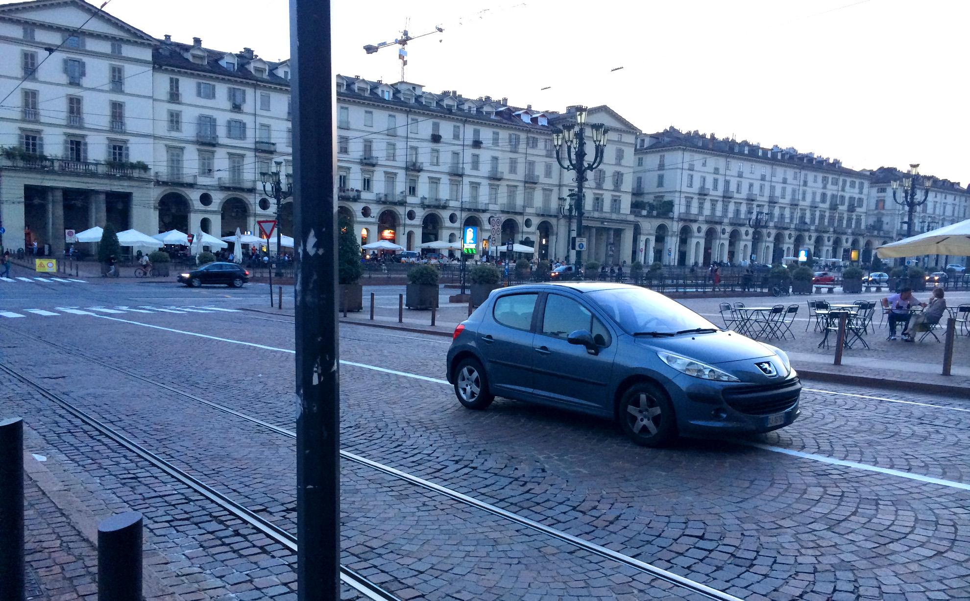 Turyn - parkowanie na środku skrzyżowania