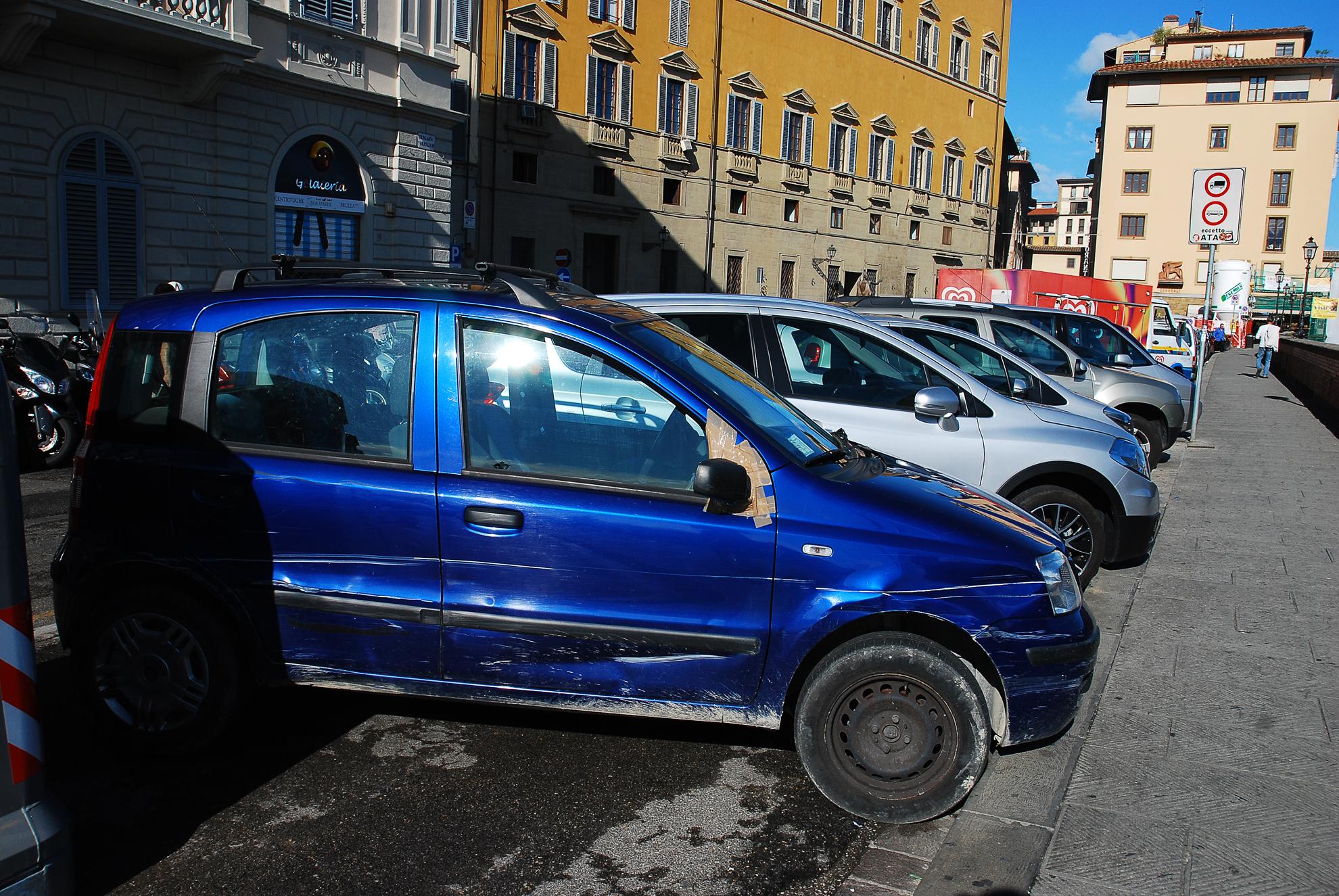 Typowy włoski poobijany samochód
