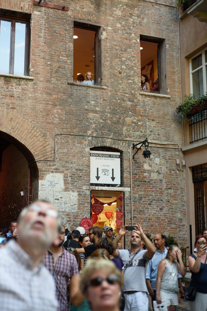 Tłum pod balkonem Julii w Weronie