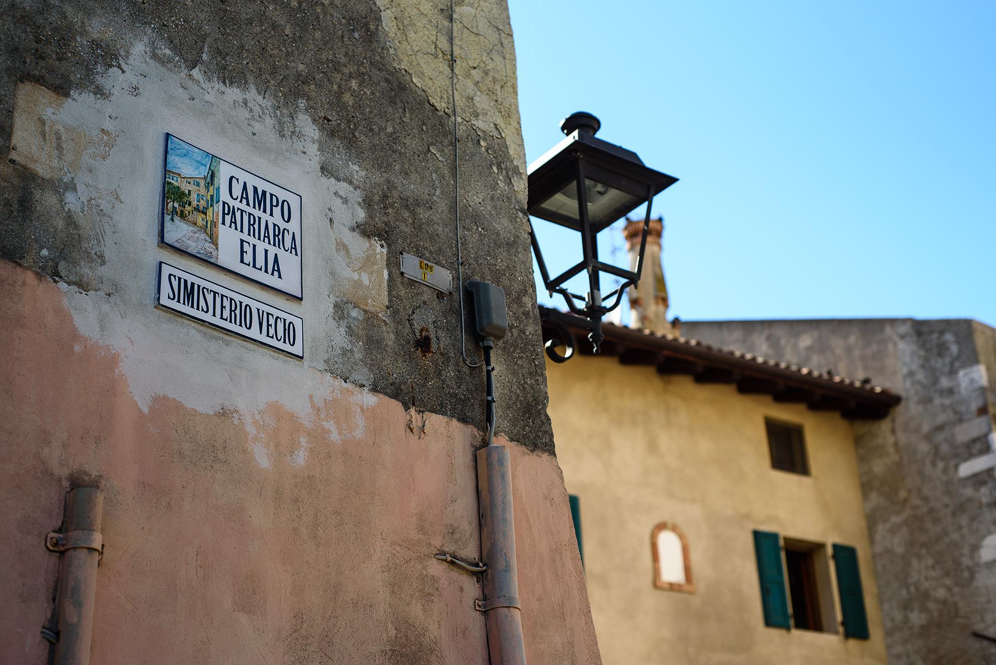 Grado - malowane tabliczki z nazwami ulic