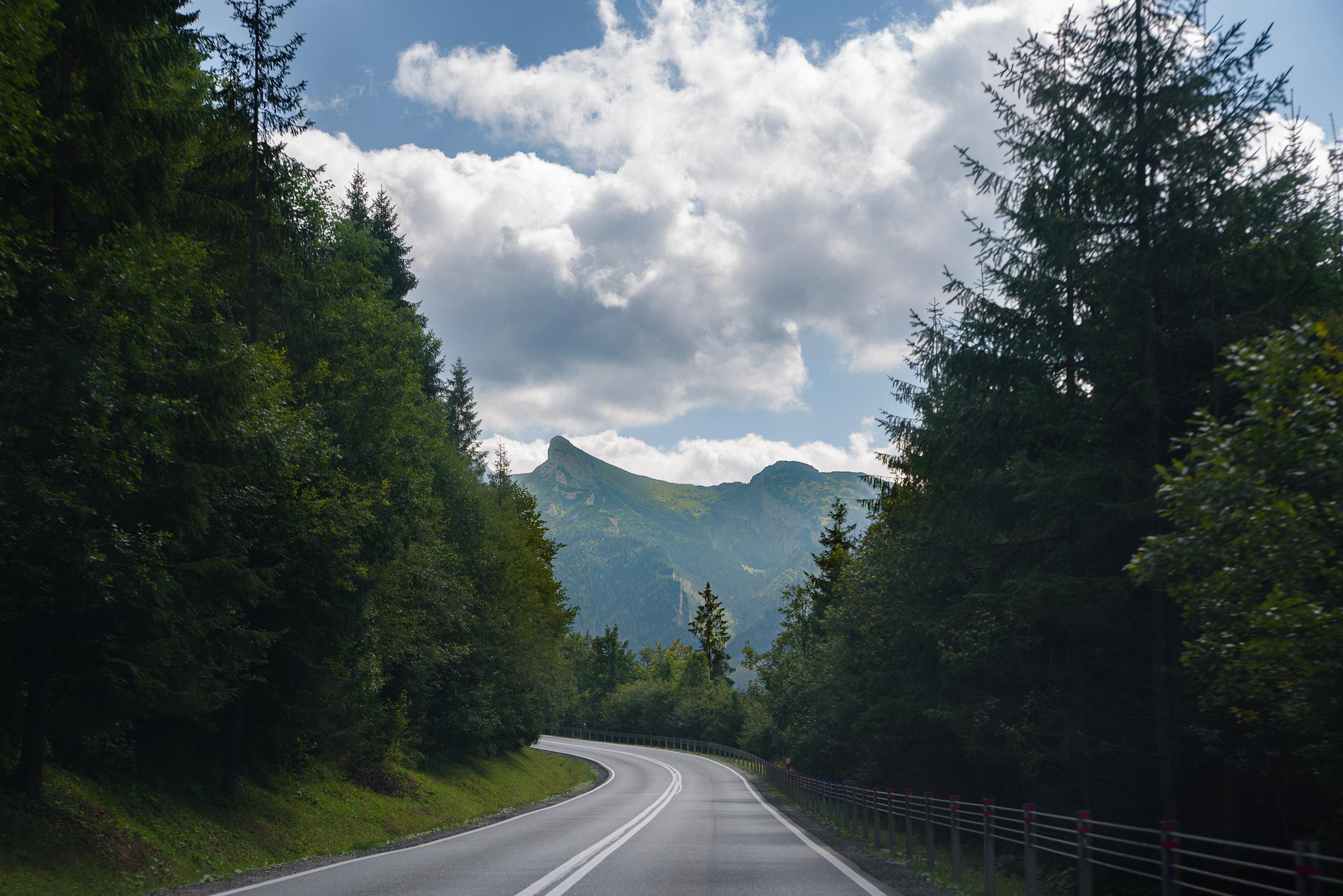 Droga z widokiem na Tatry po słowackiej stronie
