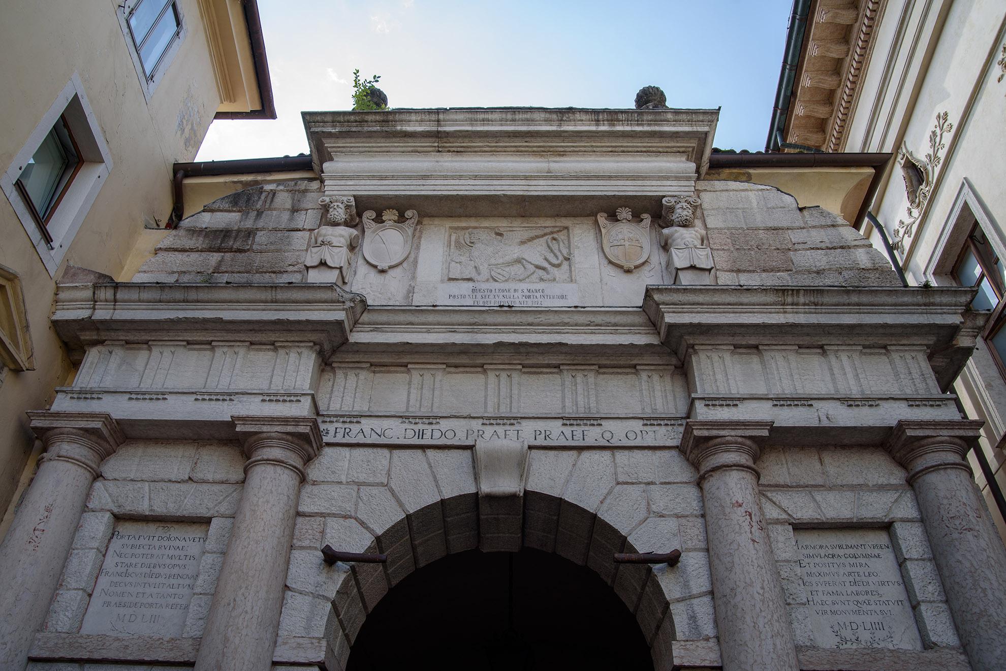 Porta Dojona - brama miejska