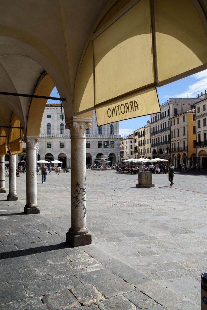 Podcienia Palazzo Comunale i widok na Piazza Delle Erbe