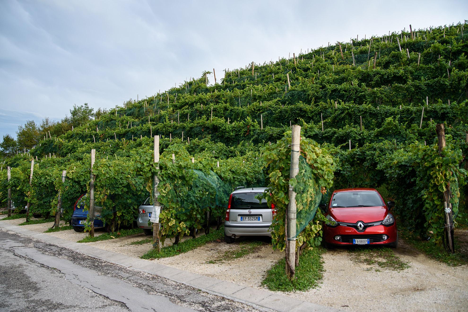 Osobliwy parking w Valdobbiadene