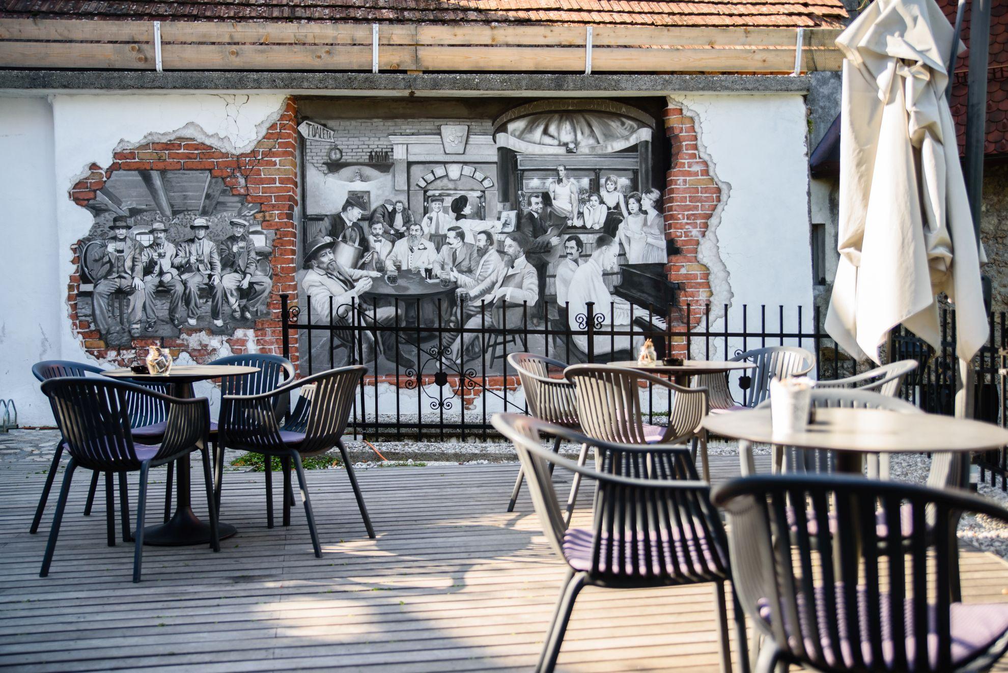 Taras kawiarni z muralem w Kranju