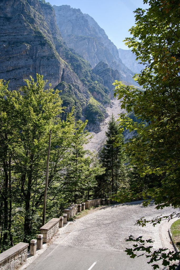 Kamienista droga prowadząca na przełęcz Vršič