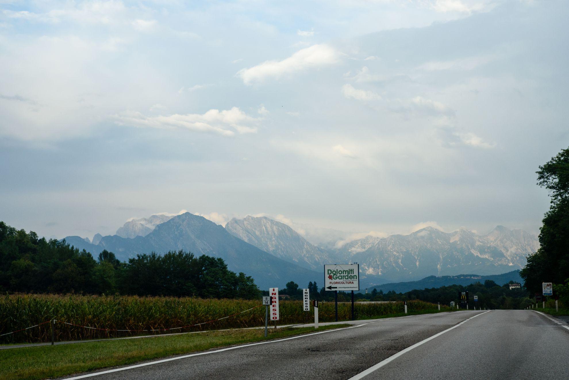 Droga do Belluno i Dolomity w tle