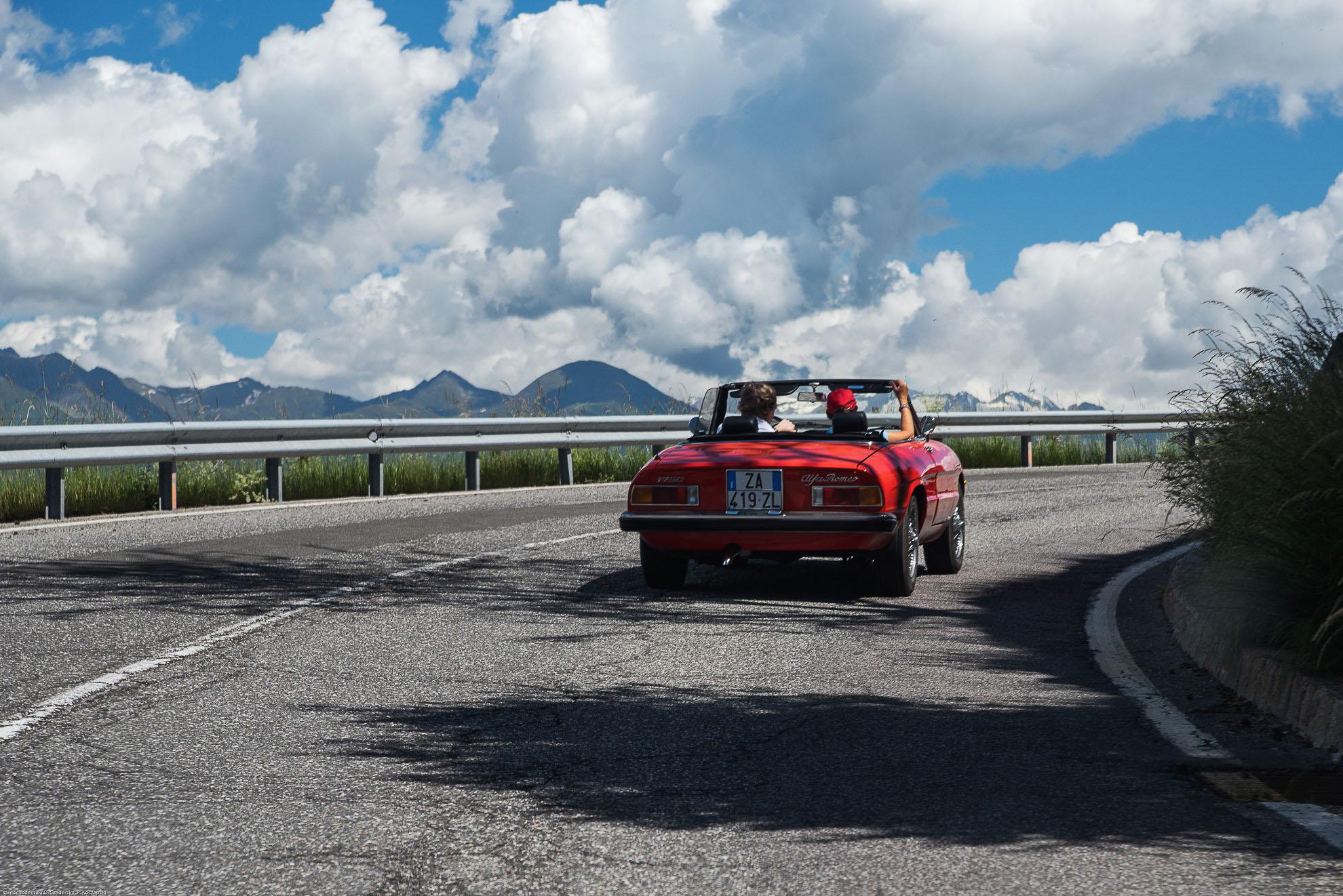 Alfa Romeo Spider jadące w kierunku góry Plose