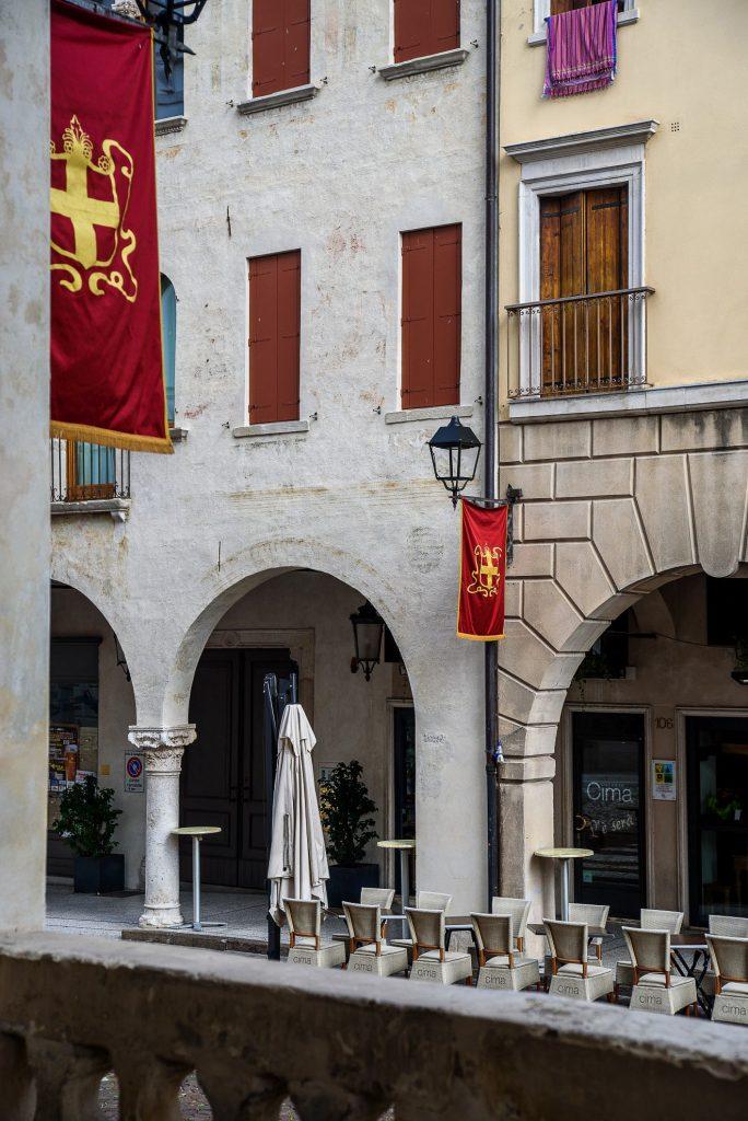 Conegliano - flagi w okolicy placu Cima