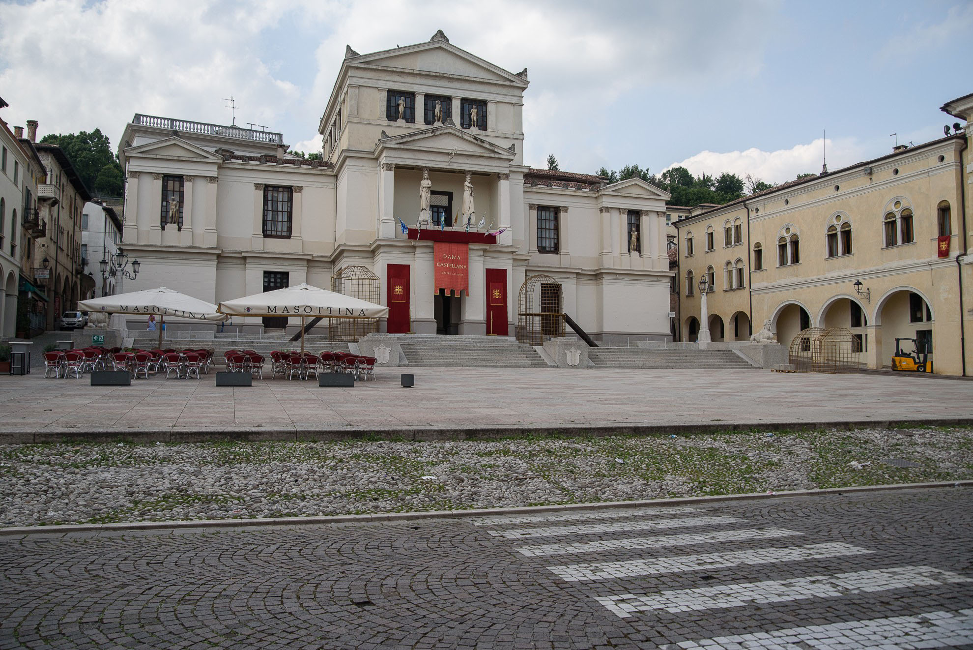 Piazza Cima i Teatro Accademia w Conegliano