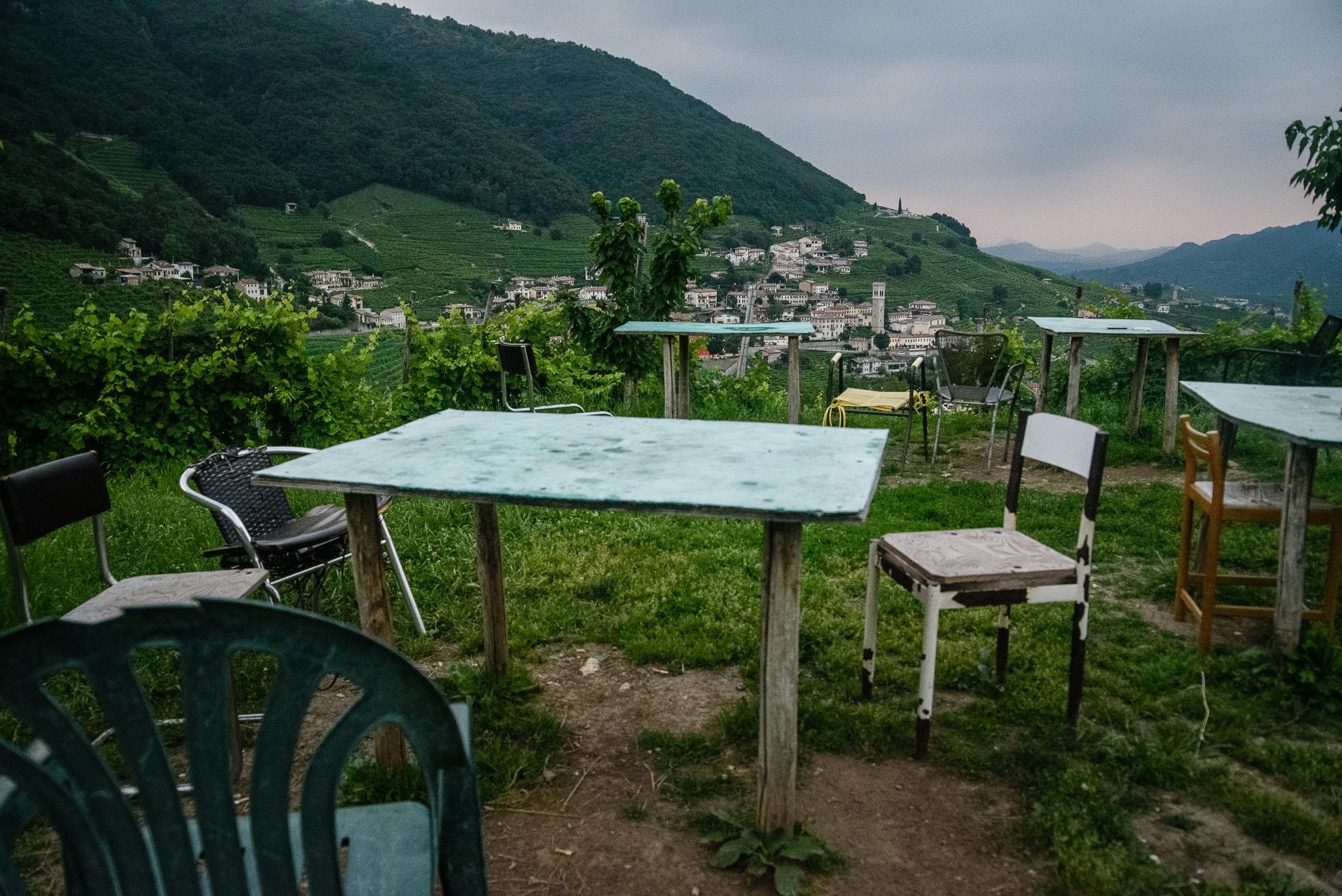 Osteria Senza Oste w Valdobbiadene - stoliki na szczycie góry