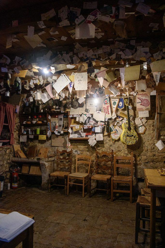 Osteria Senza Oste w Valdobbiadene - notki we wnętrzu