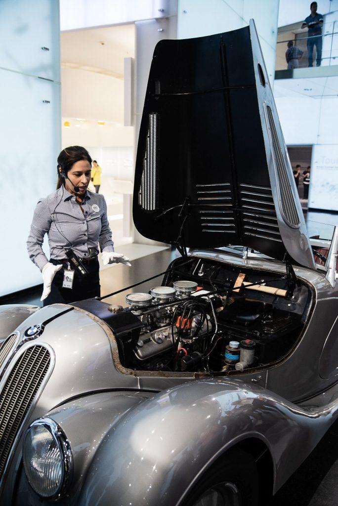 BMW 328 z otwartą maską w Muzeum BMW w Monachium