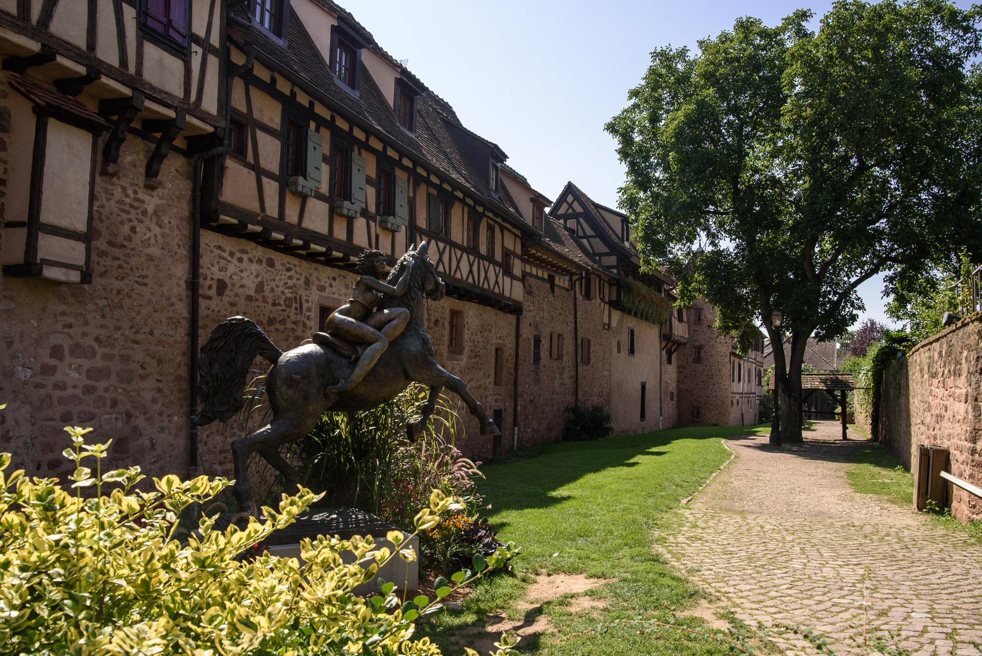 Średniowieczne mury miejskie Uliczka w Riquewihr