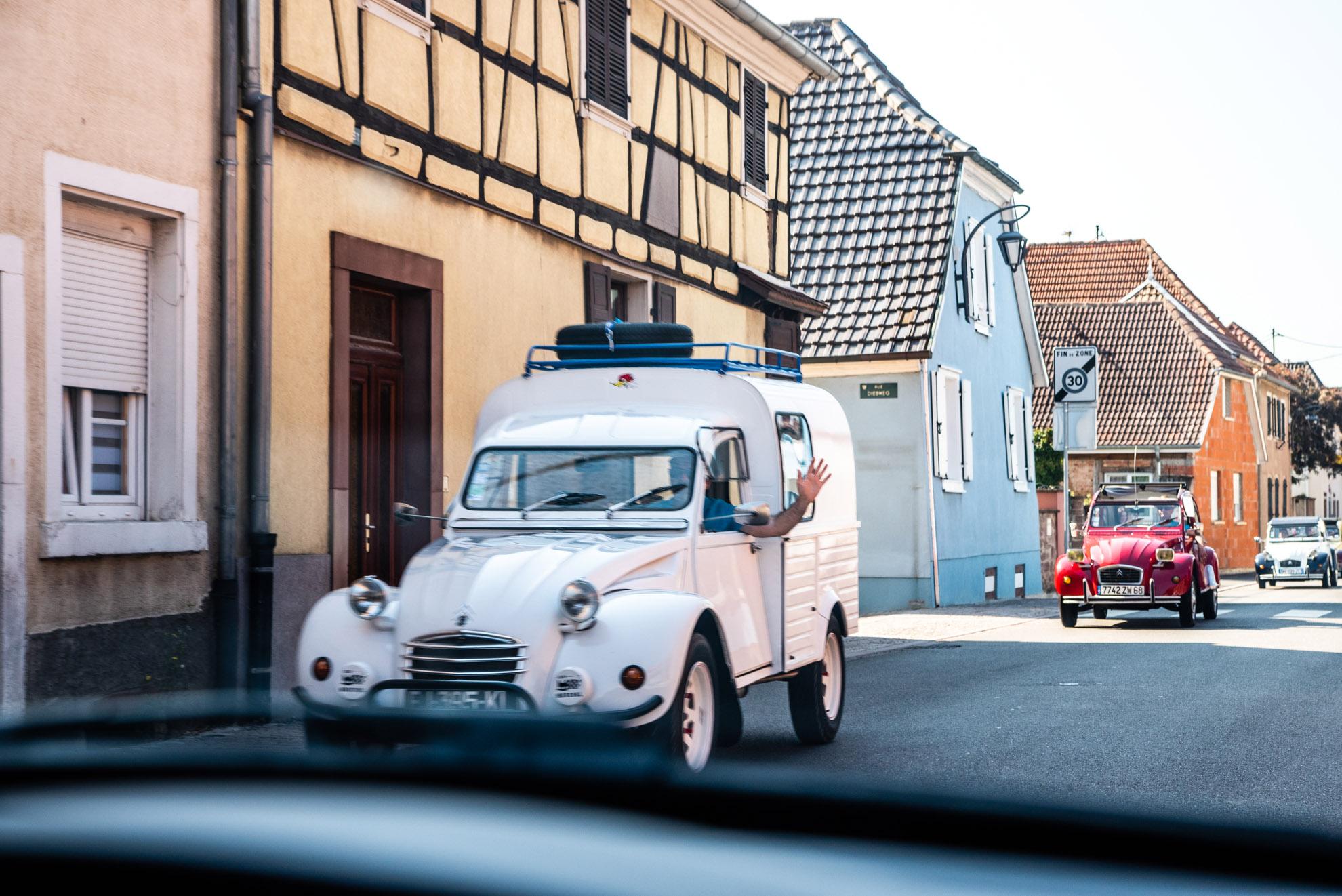 Zlot Citroënów 2CV gdzieś na grogach Alzacji