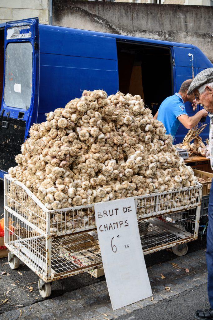 Czosnek na targu w Chinon