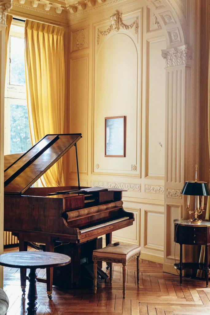 Sala fortepianowa w Château de Candé