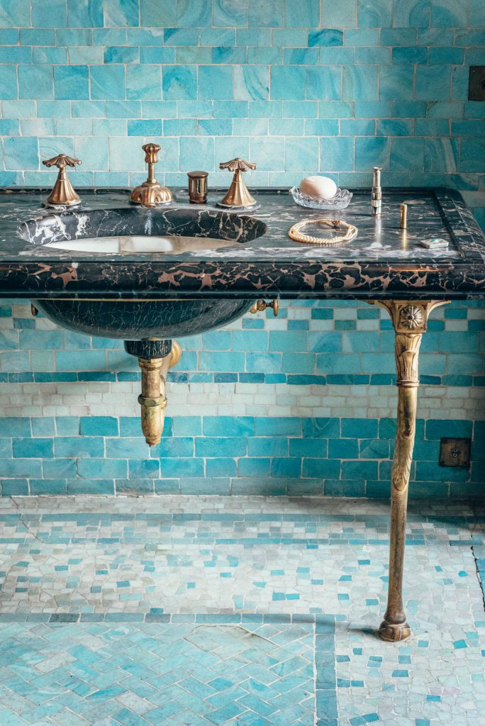 Łazienka w stylu art déco wChâteau de Candé