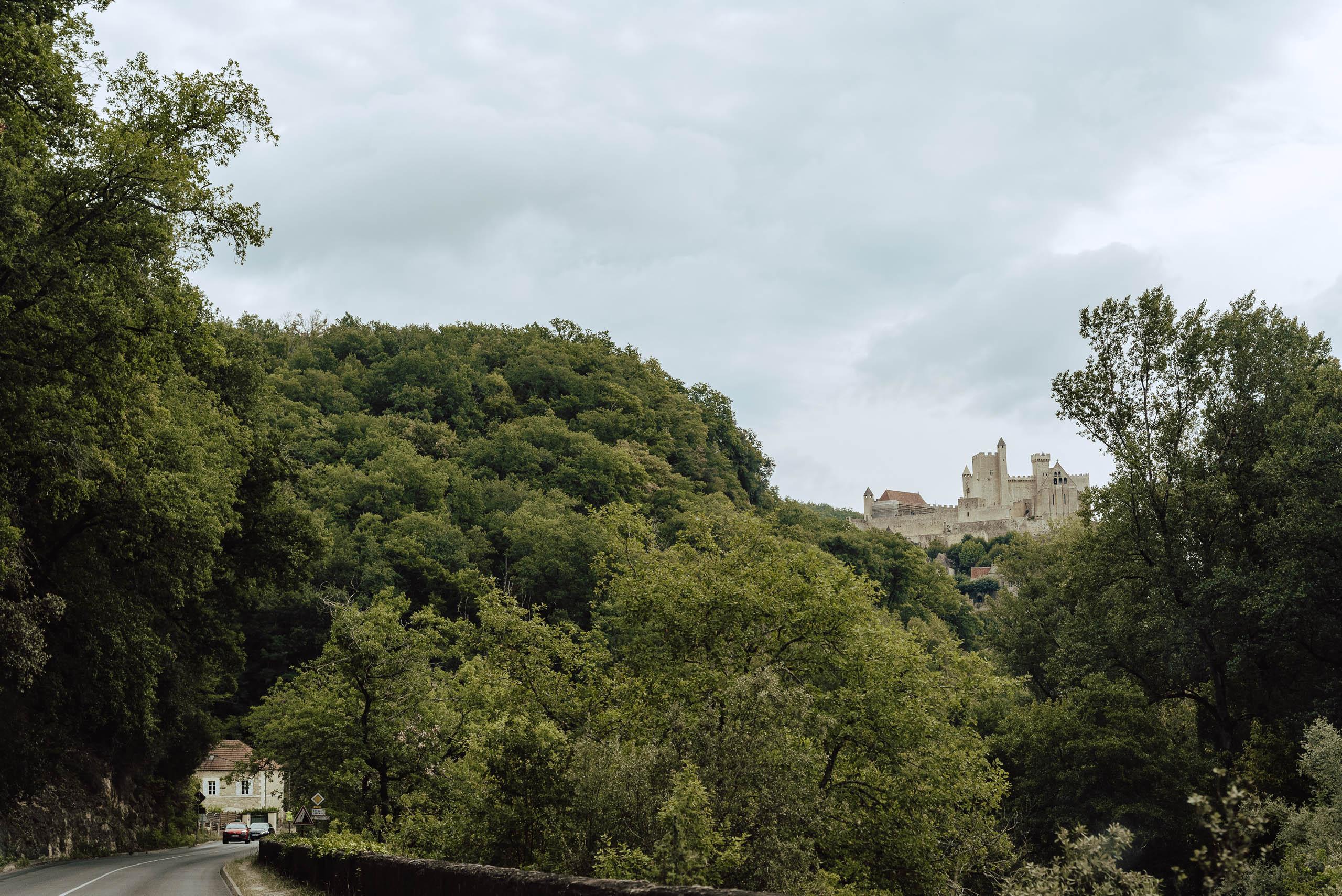 Zamek Beynac widoczny z drogi