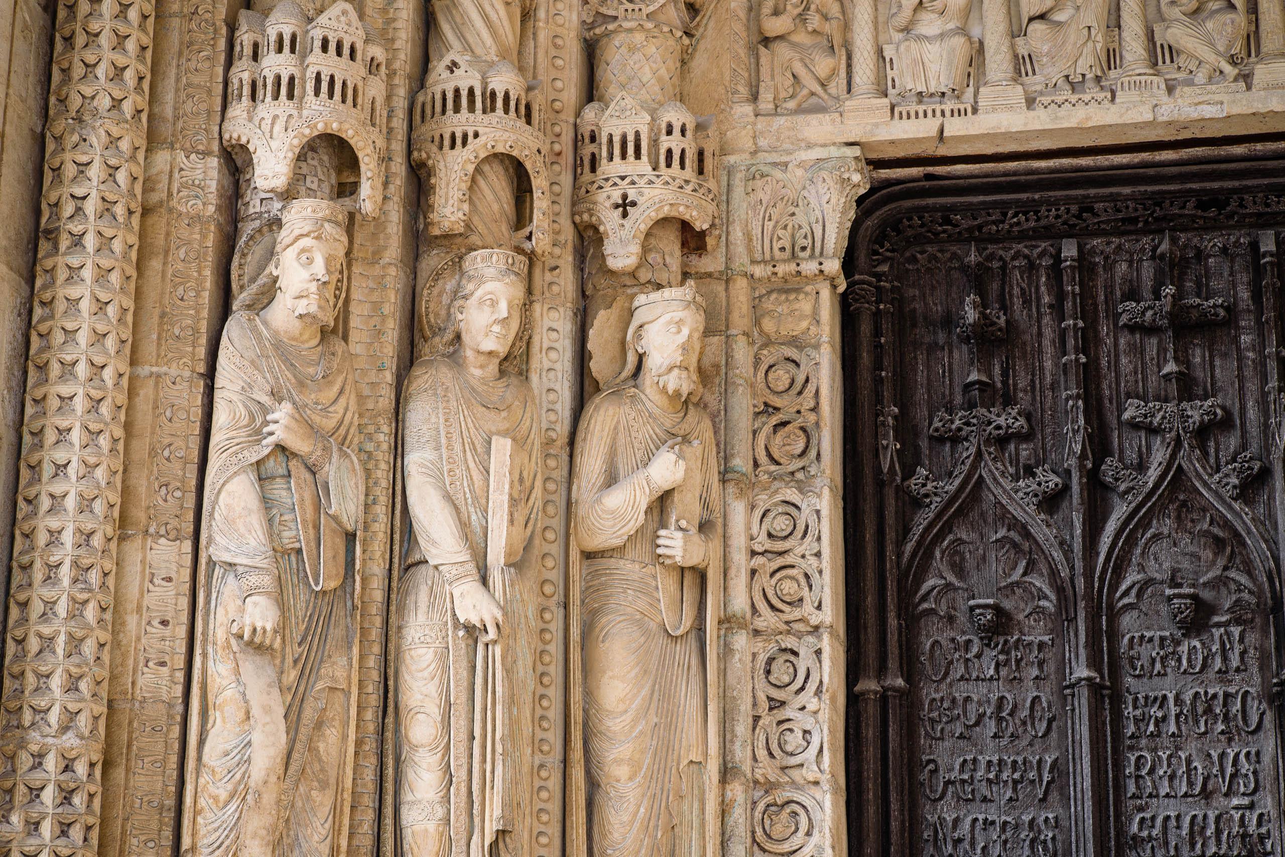 Rzeźby przy wejściu do katedry w Bourges